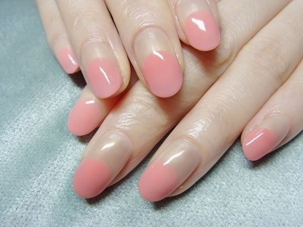 Маникюр из безцветного и роового оттенков ногтях средней длины овальной формы