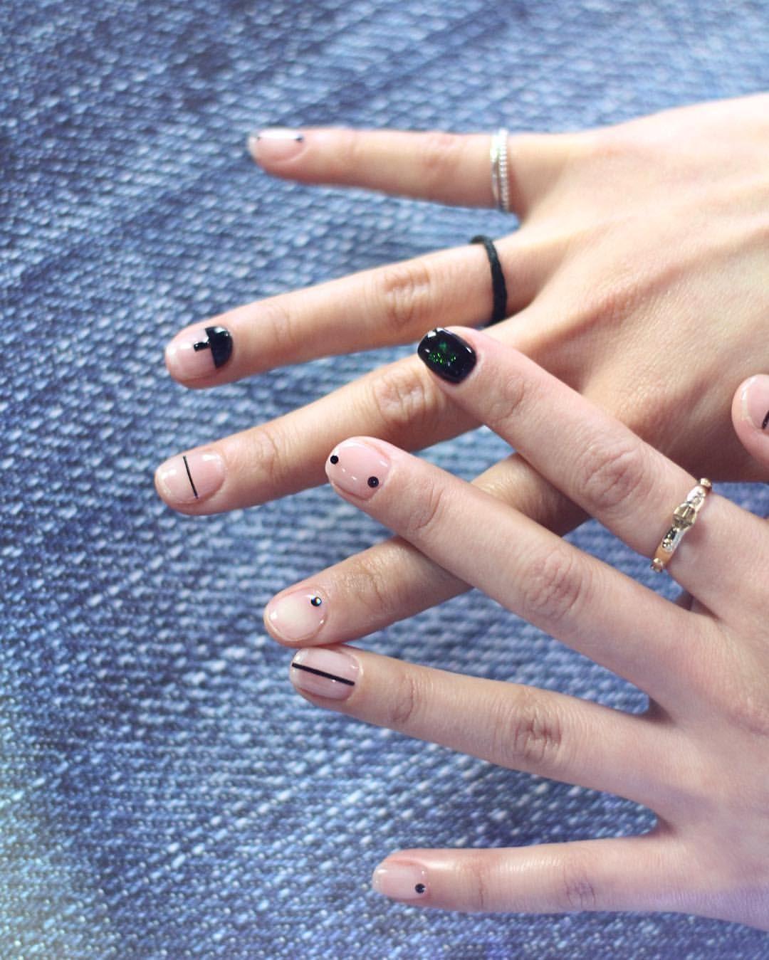Бесцветный маникюр с геометрическими фигурами и чёрный с металлическим блеском ноготок