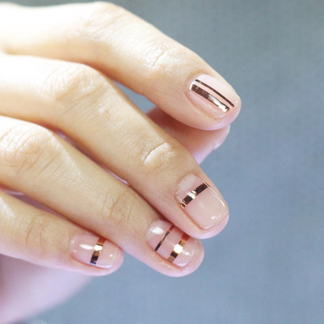 Маникюр розового цвета с геометрическими золотыми полосами на коротких ногтях