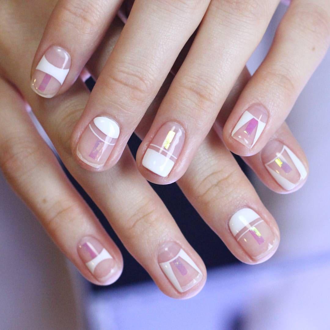 Маникюр с блеском розового цвета с белыми геометрическими фигурами