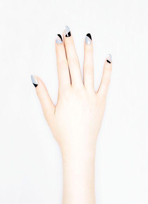Маникюр серого гель лака с черными геометрическими полосами