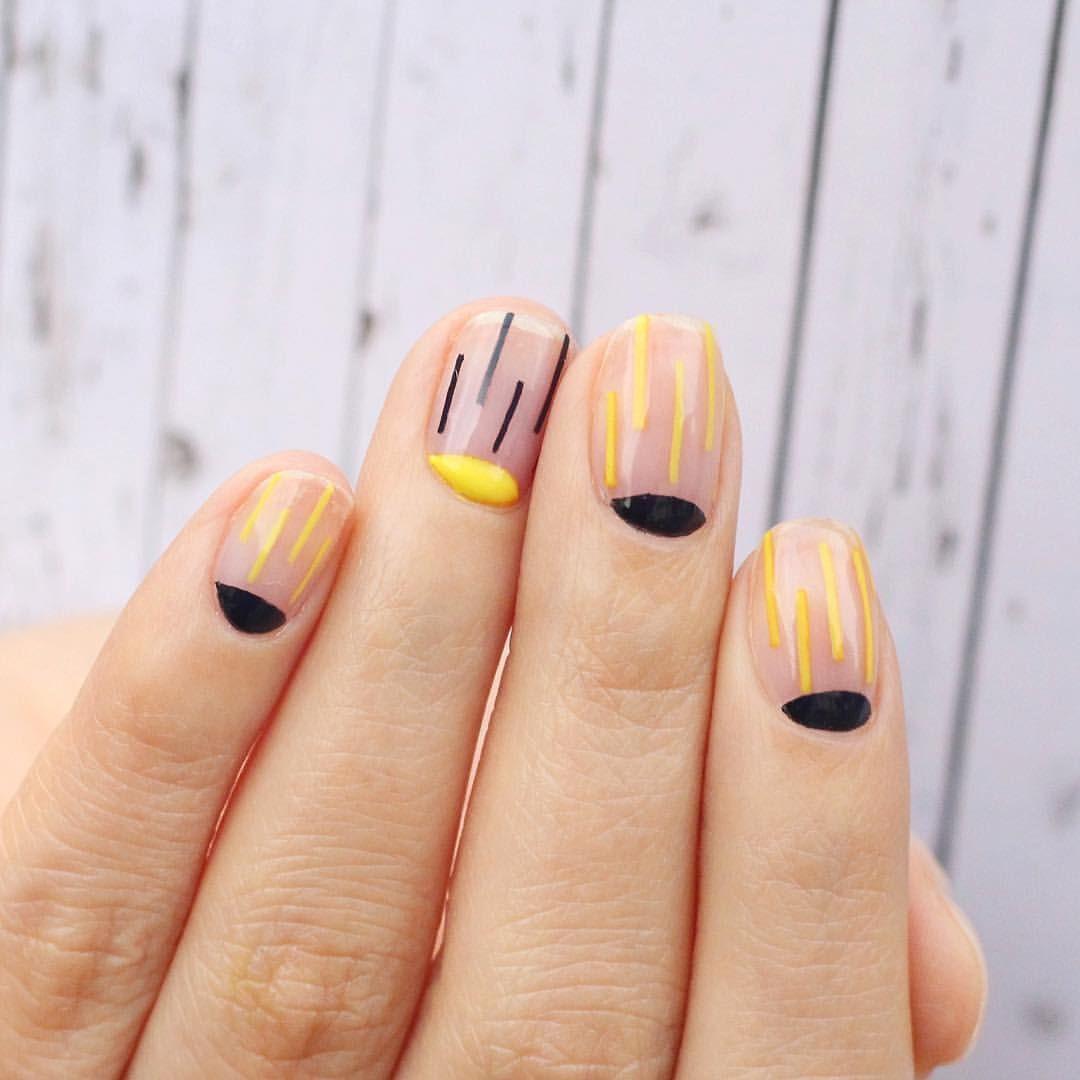 Маникюр розового цвета с черными и желтыми полосами на коротких ногтях