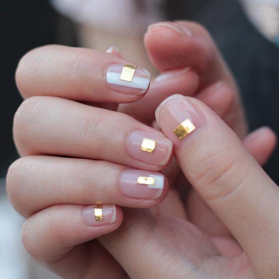 """Маникюр с эффектом """" мокрого ногтя"""" розового цвета с золотыми полосками"""