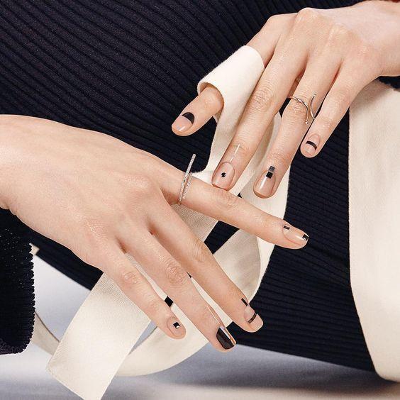 Безцветный маникюр с  геометрическими фигурами черного цвета на коротких ногтяха