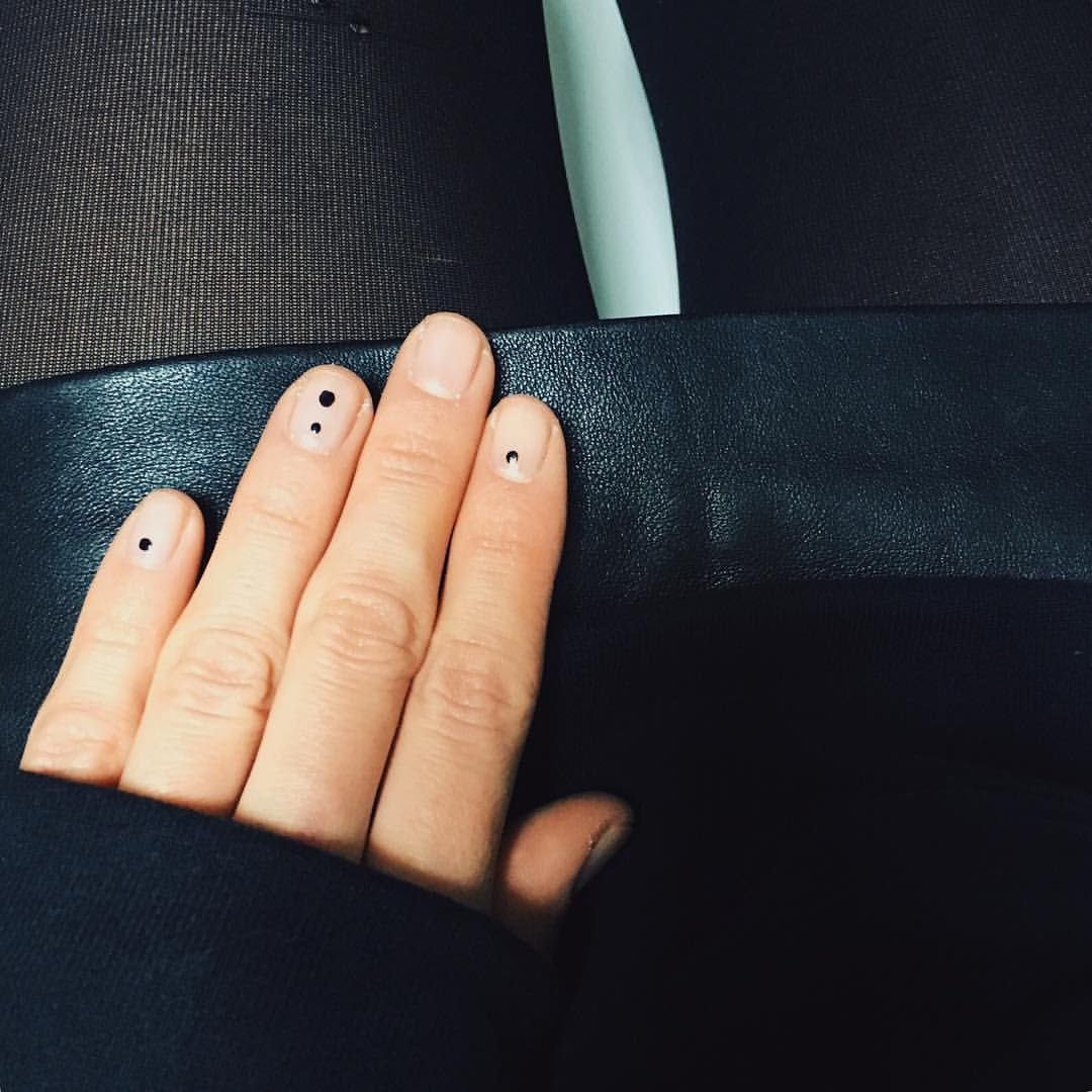 Бесцветный маникюр с  маленькими геометрическими фигурами черного цветааникюр с  маленькими геометрическими фигурами черного цвета