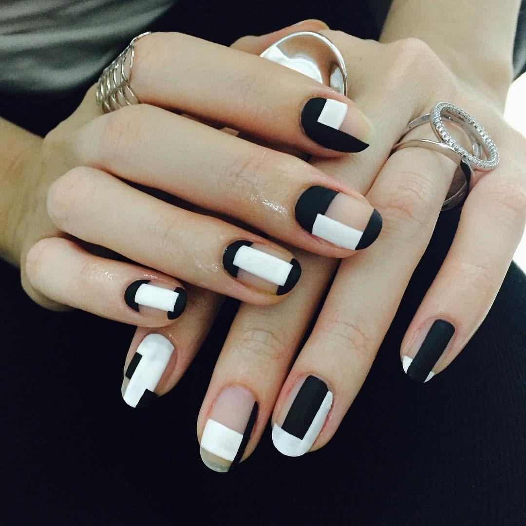 Бесцветный маникюр с черно белыми геометрическими полосами