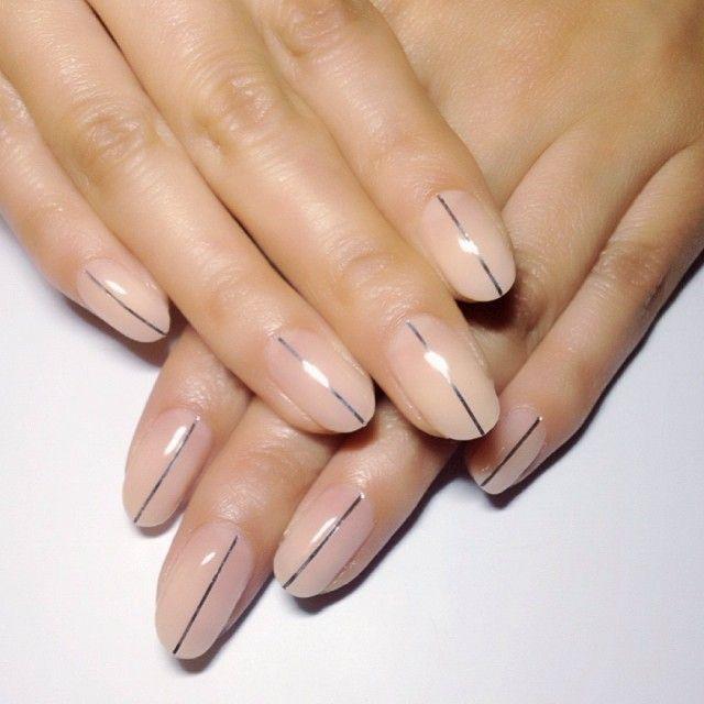 Розовый маникюр с тонкой черной полоской на ногтях удлиненной формы
