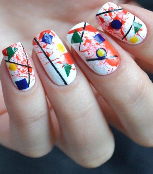Маникюр белого цвета с разноцветными геометрическими фигурами