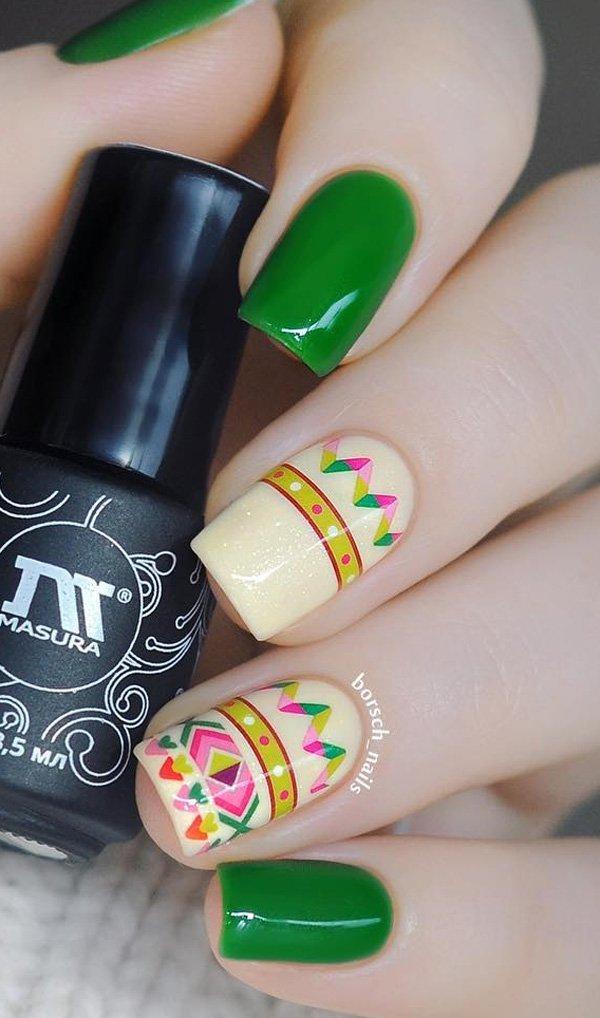 Маникюр зеленого гель лака и этническим рисунком на ногтях слегка удлиненной квадратной формы