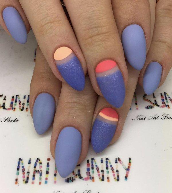 Маникюр матового цвета синих оттенков  на удлиненных заостренных ногтях с цветными полосками