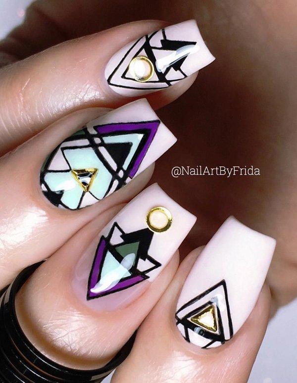 Маникюр с драгоценными металлами и геометрическими рисунками и эффектом металла на ногтях