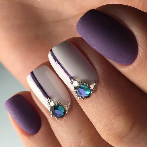 Маниюр светло серого цвета со стразами и камнями и матового фиолетового цвета на коротких ногтях