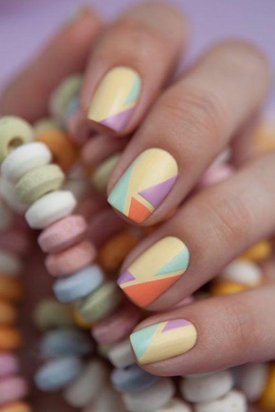 Маникюр стиля «Color block» с разноцветными геометрическими узорами