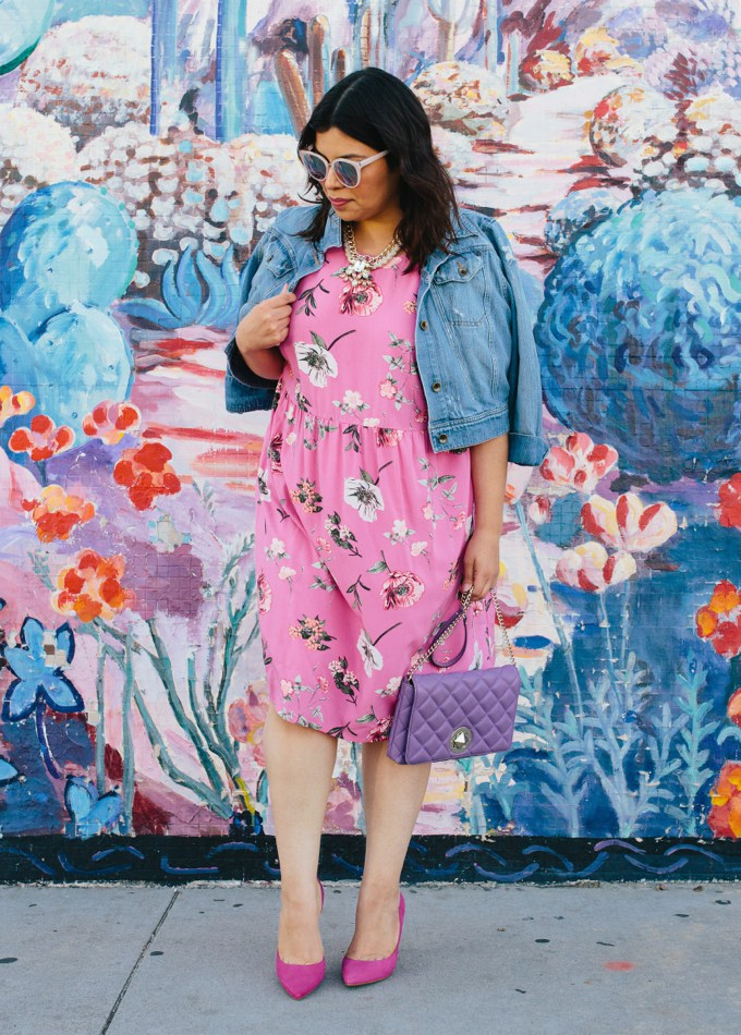 модное платье 2019 больших размеров с цветочным узором и джинсовой курткой