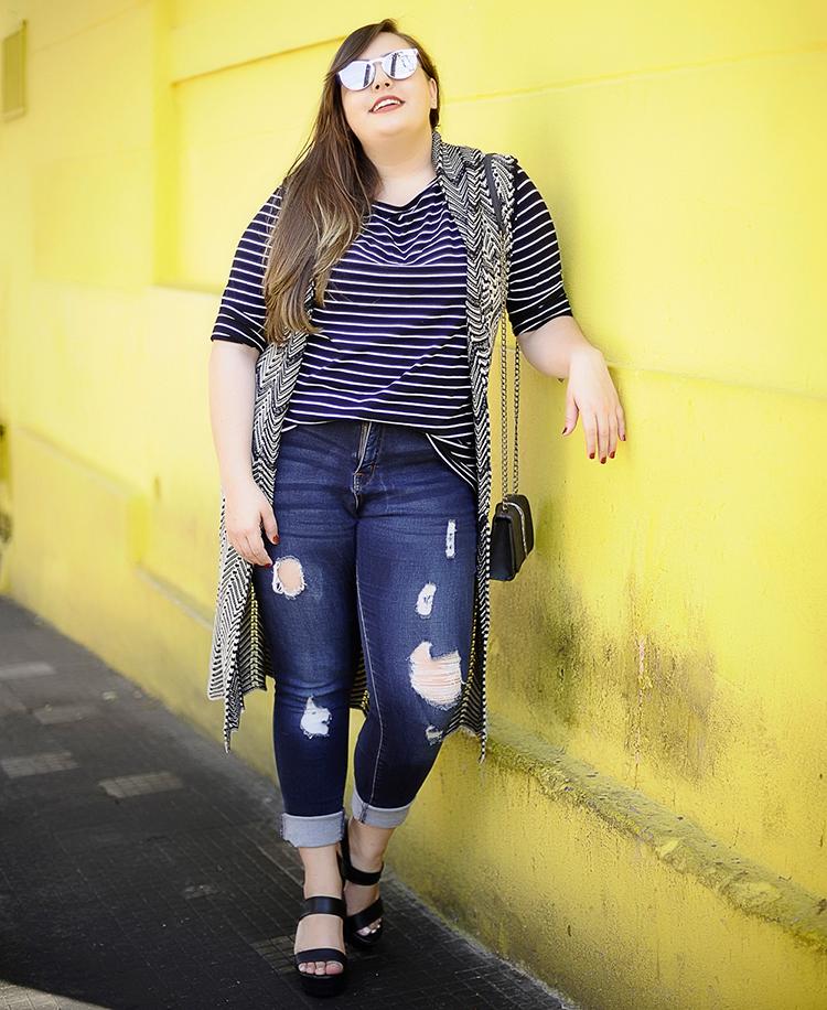 мода 2019, фото одежды больших размеров с джинсами и длинным жилетом