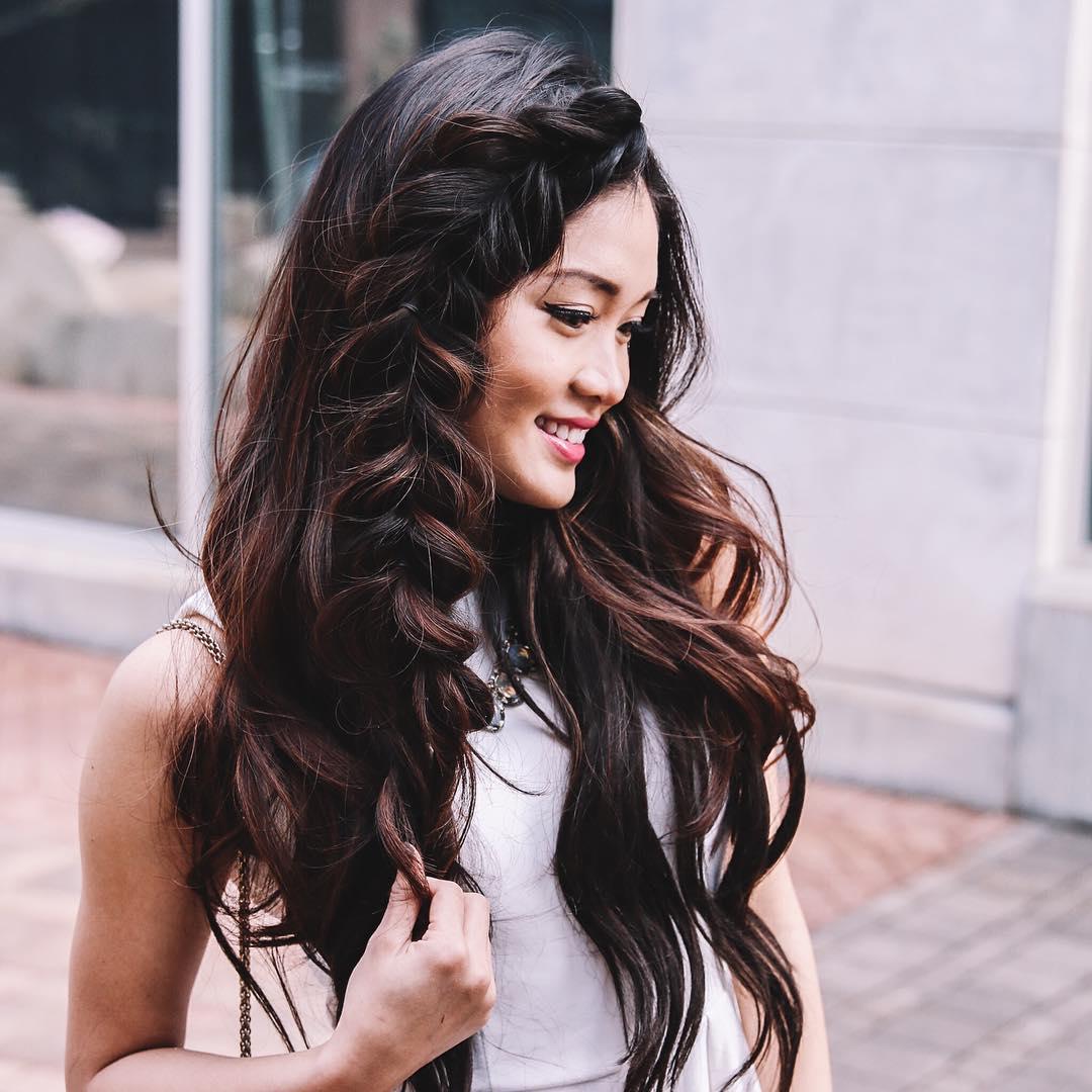 градуированный каскад на длинные волосы, уложенный с косой
