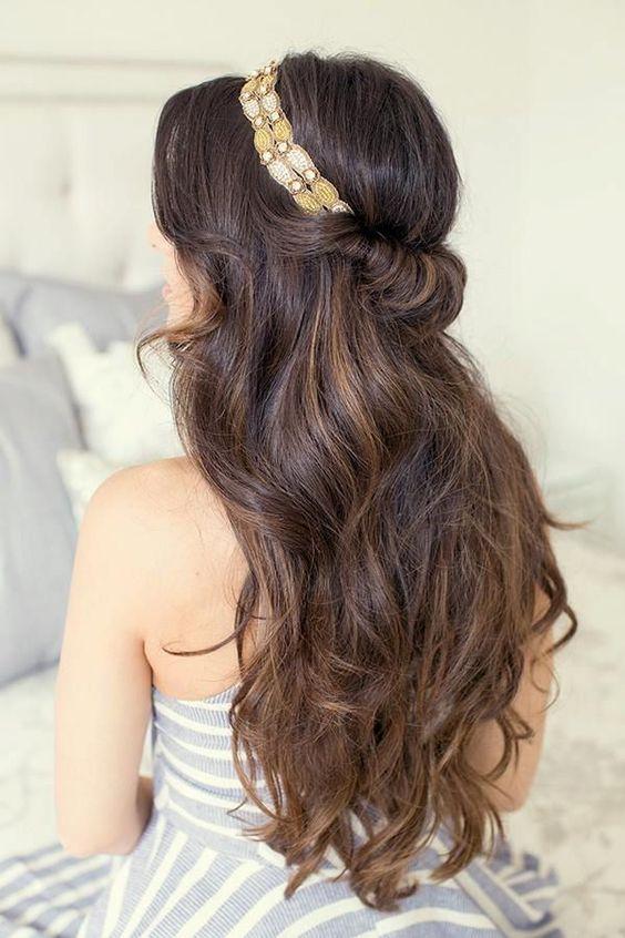 распущенные длинные волосы с повязкой