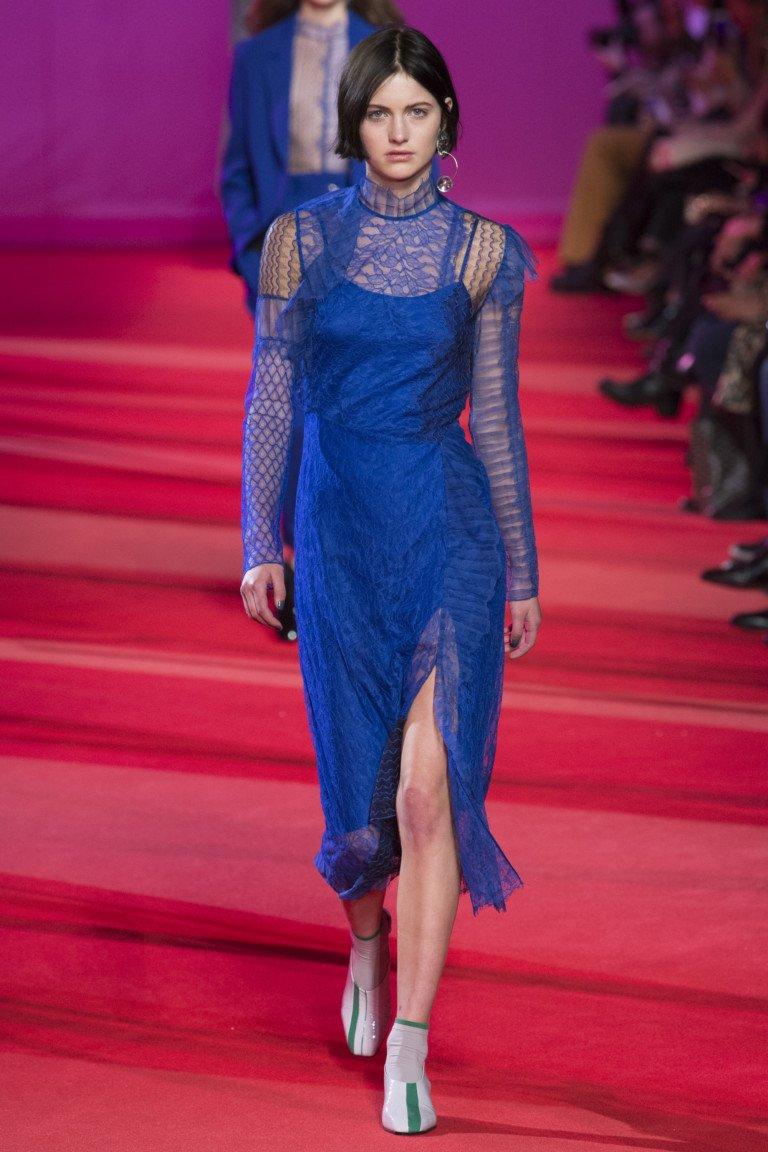 Синее кружевное платье с длинными рукавами.