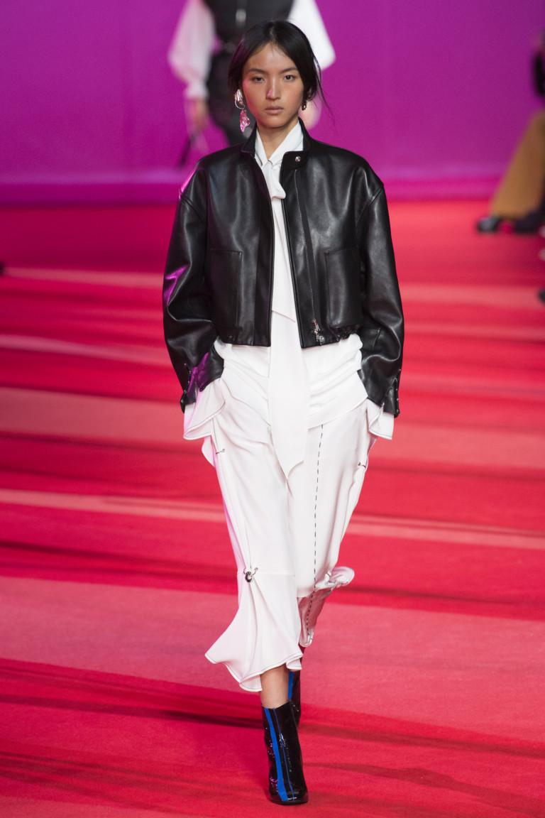 Короткая кожаная черная куртка и белое платье.