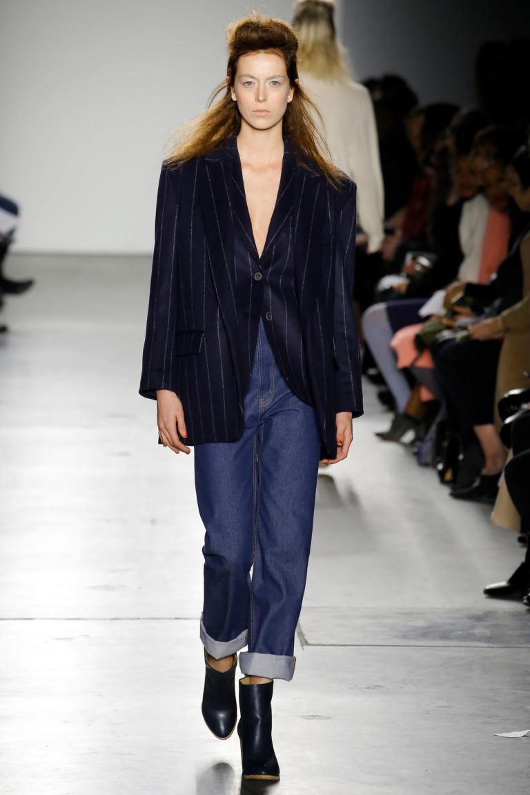 Черный пиджак в полоску оверсайз с джинсами с отворотами.