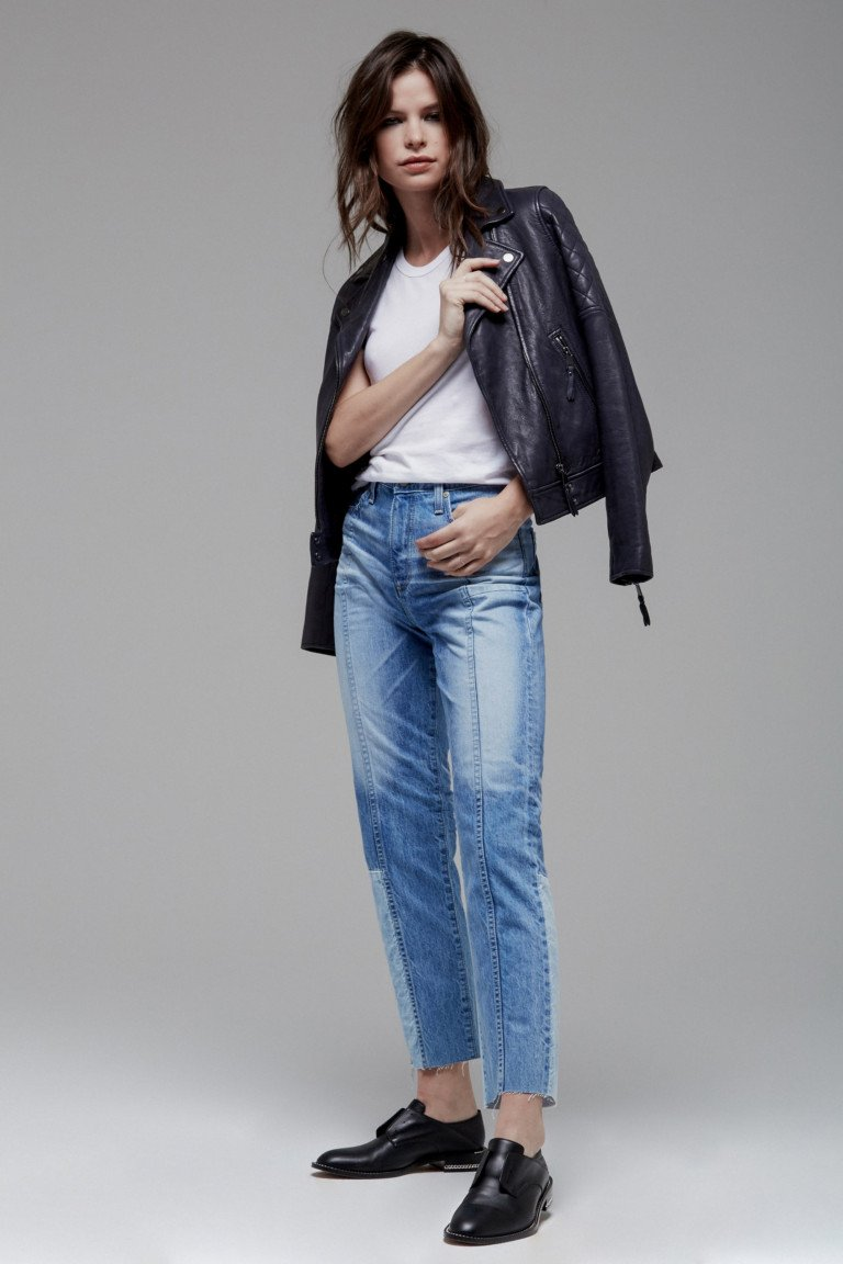 Белая футболка с черной кожаной курткой и джинсами с интересным низом.