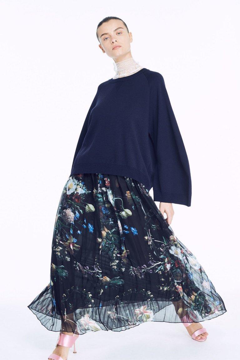 Кофта синего цветас с длинной расклешенной полупрозрачной юбкой с цветочным принтом.
