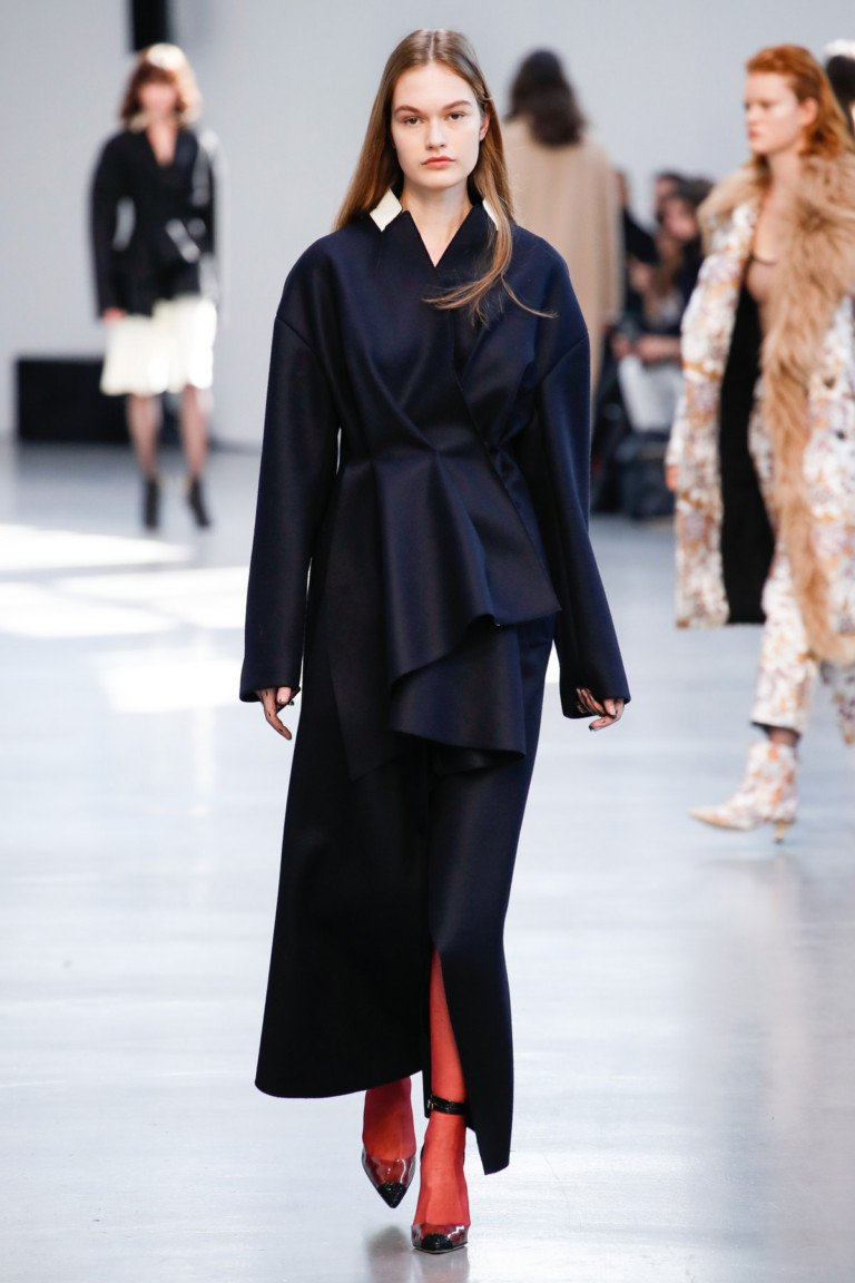 Черное длинное пальто.