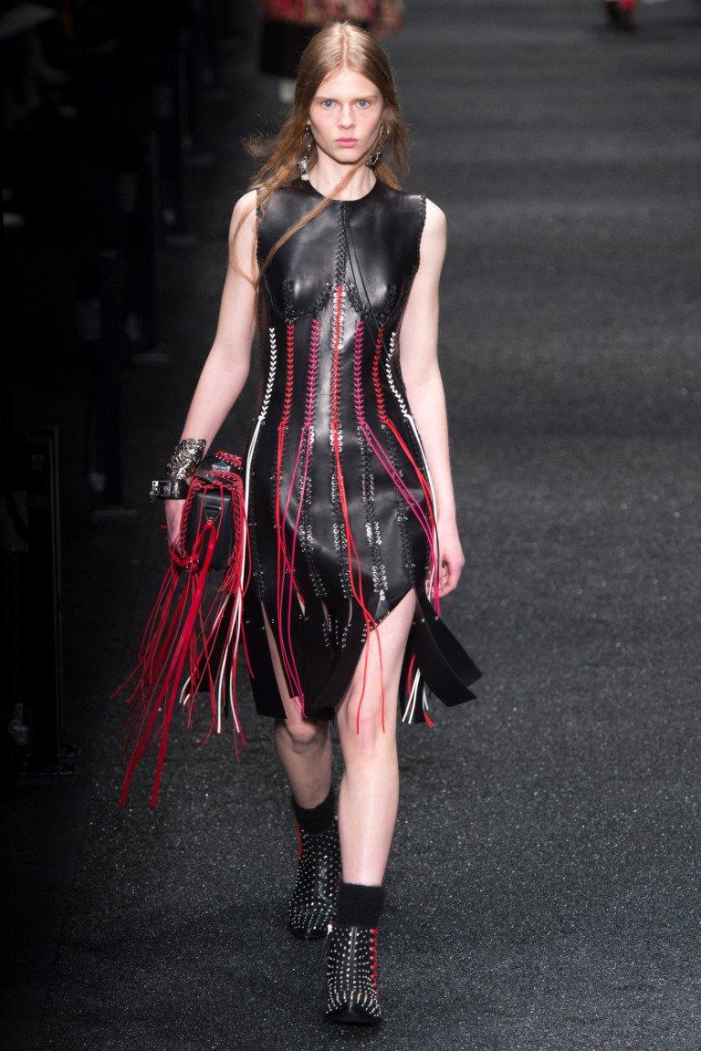 Черное платье со шнуровкой красного и белого цвета с ботинками.