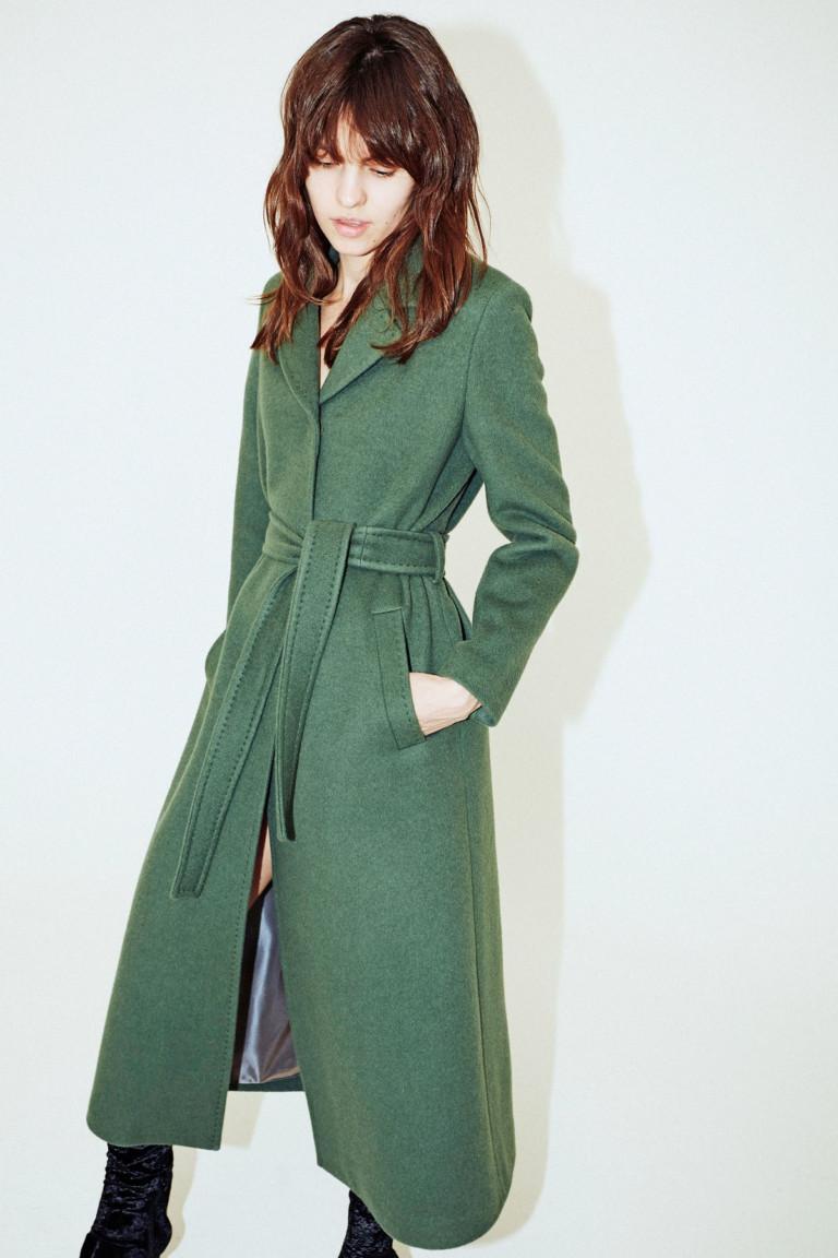 Зеленое пальто с отложным воротником и поясом.