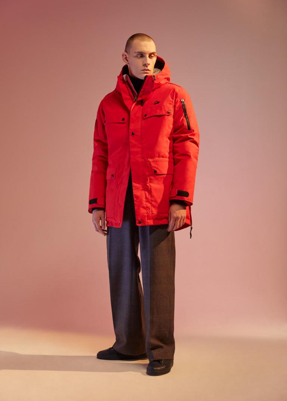 Крассная мужская куртка с капюшеном и классические брюки.
