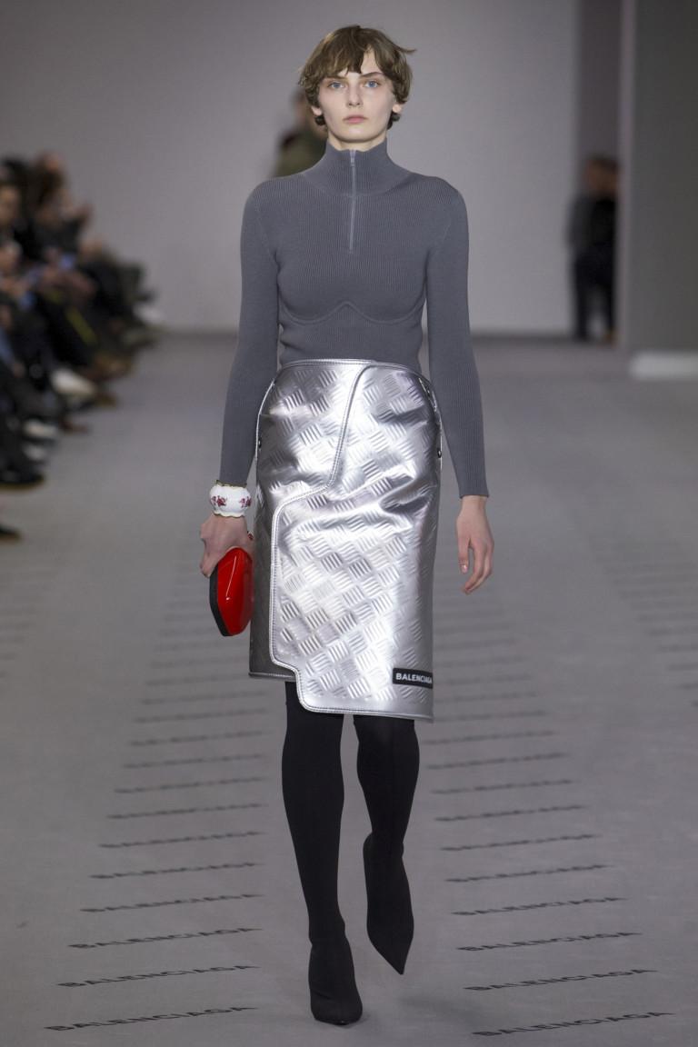 Серая кофта на молнии и стального цвета ассиметричная юбка.