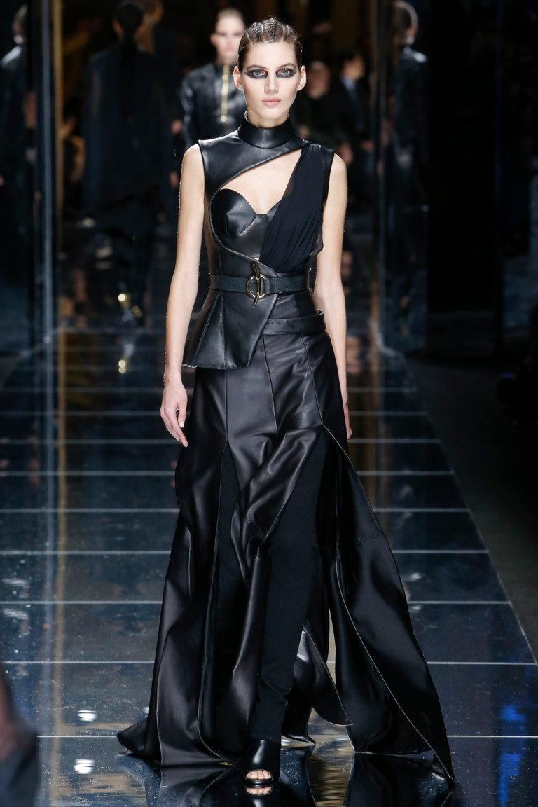 Черное динное кожаное платье с ассиметричным принтом.