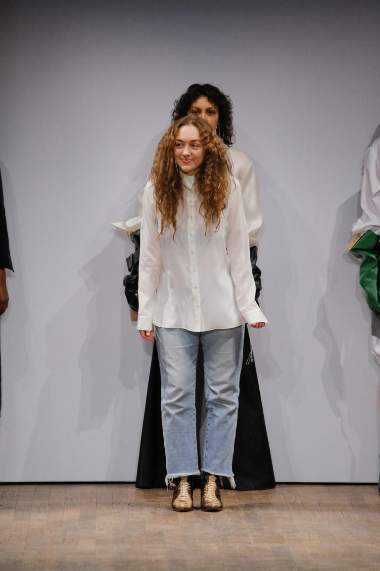 Блузка белого цвета с длинными рукавами и с джинсами с интересным низом.