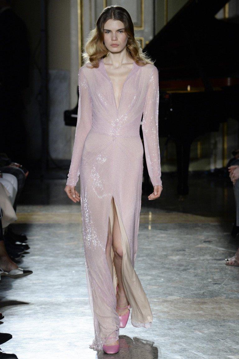 Вечернее розовое платье с блестящим отливом с глубоким вырезом и большим разрезом.