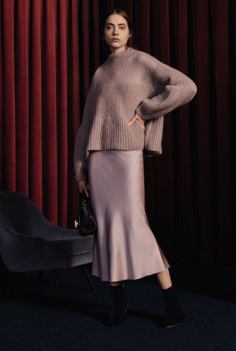 Светло-фиолетовых тонов шерстяная кофта оверсайз и длинная юбка годе.