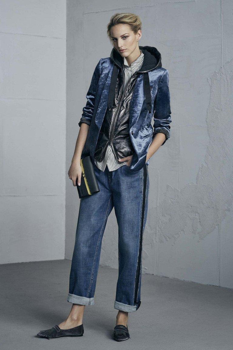 Ветровка синего стального цветас капюшоном с джинсами с лампасами и отворотами.