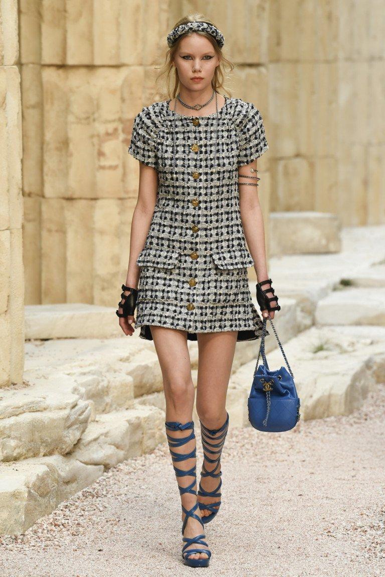 Короткое клетчатое платье с пуговицами и римскими босоножками.