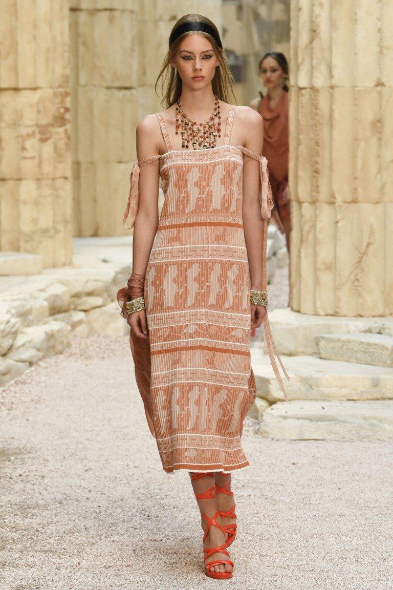 Платье-сарафан сетло-бежевых тоновс принтом.