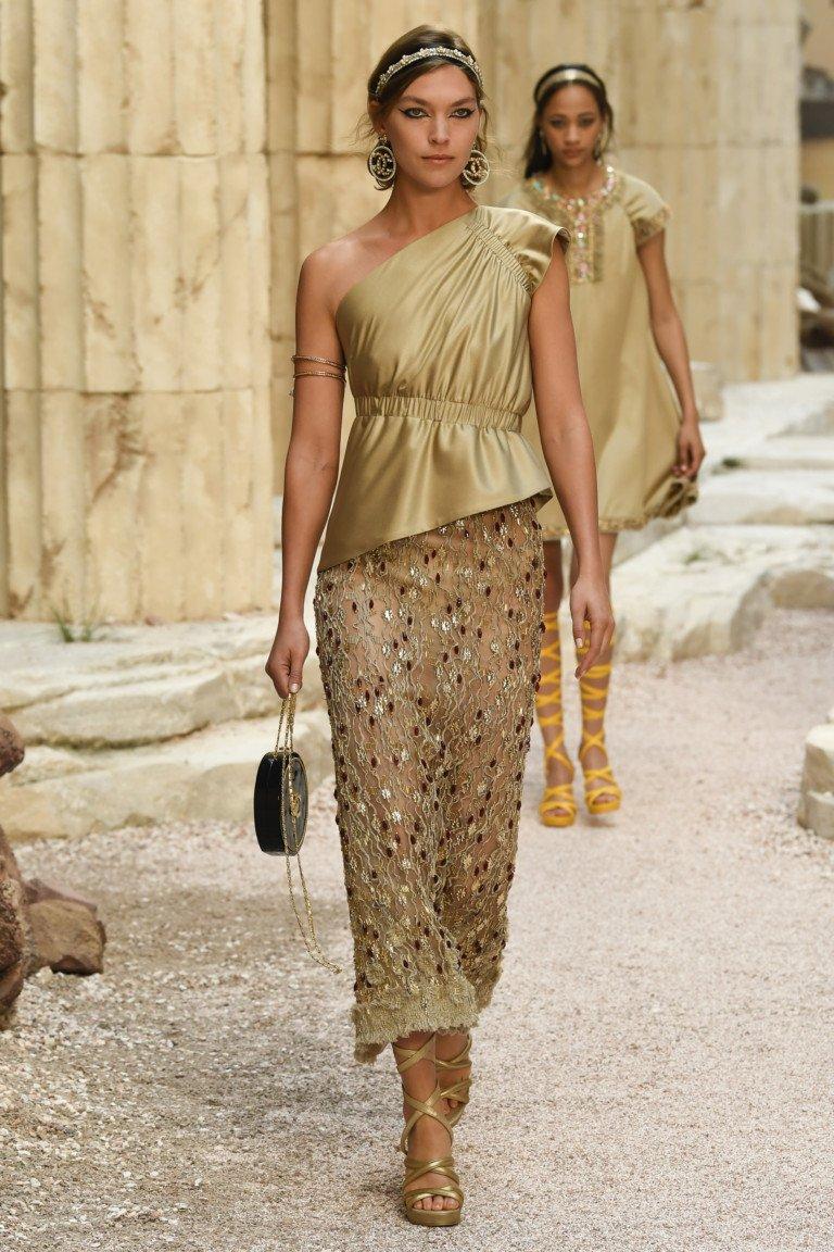 Золотистого цвета ассиметричная блузка и ажурная юбка.