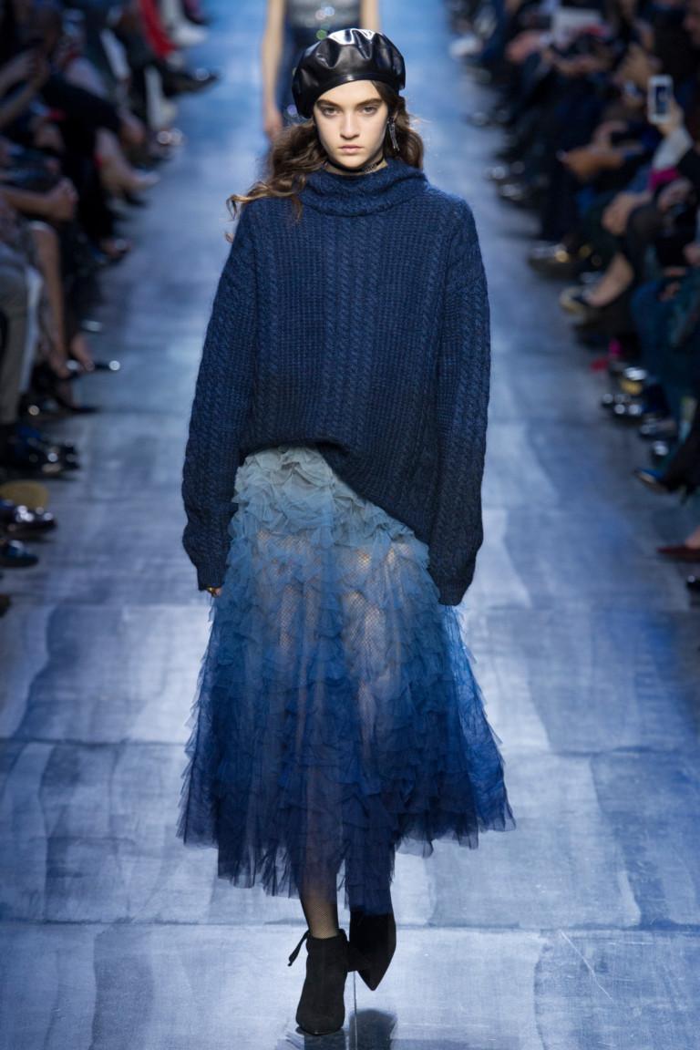Темно-синего цвета ажурный свитер с кружевной юбкой голубого цвета.