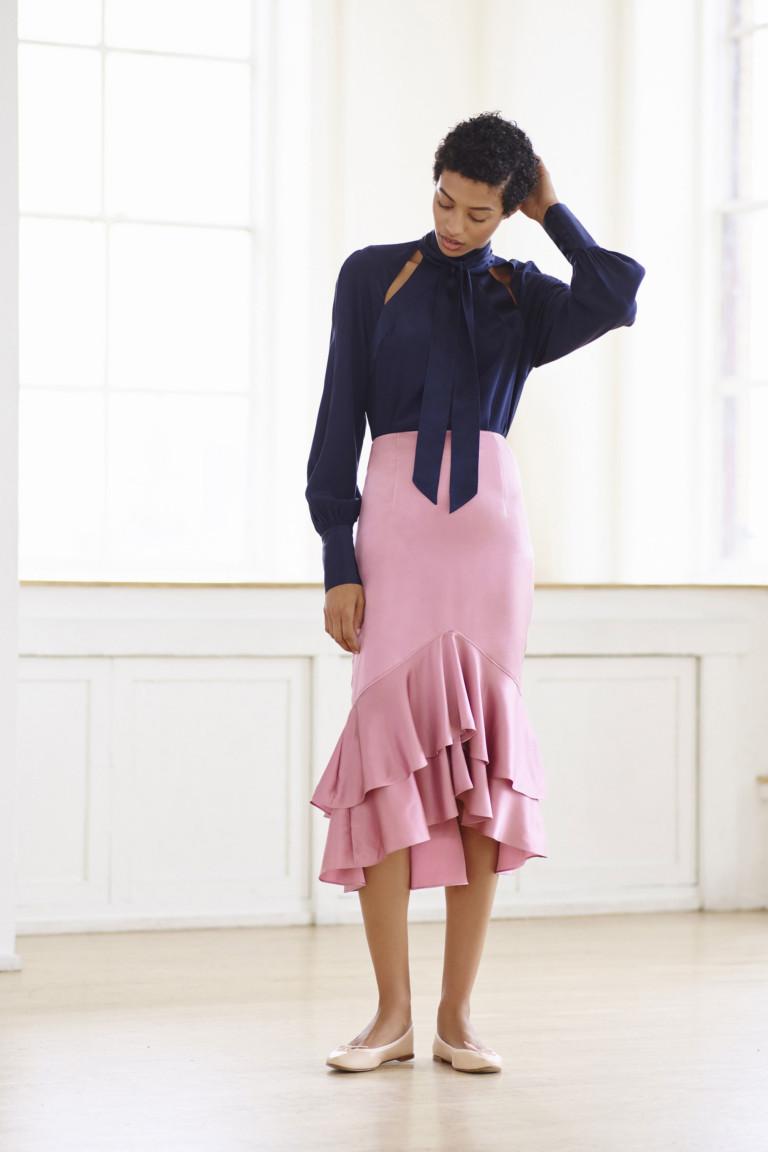 Блузка синего цвета с розовой юбкой с воланами.