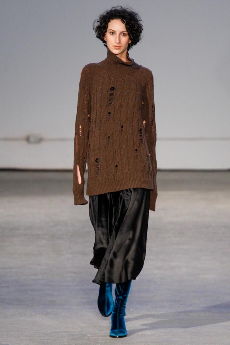 Длинный коричневый свитер с ажурной вязкой и черной атласной юбкой.