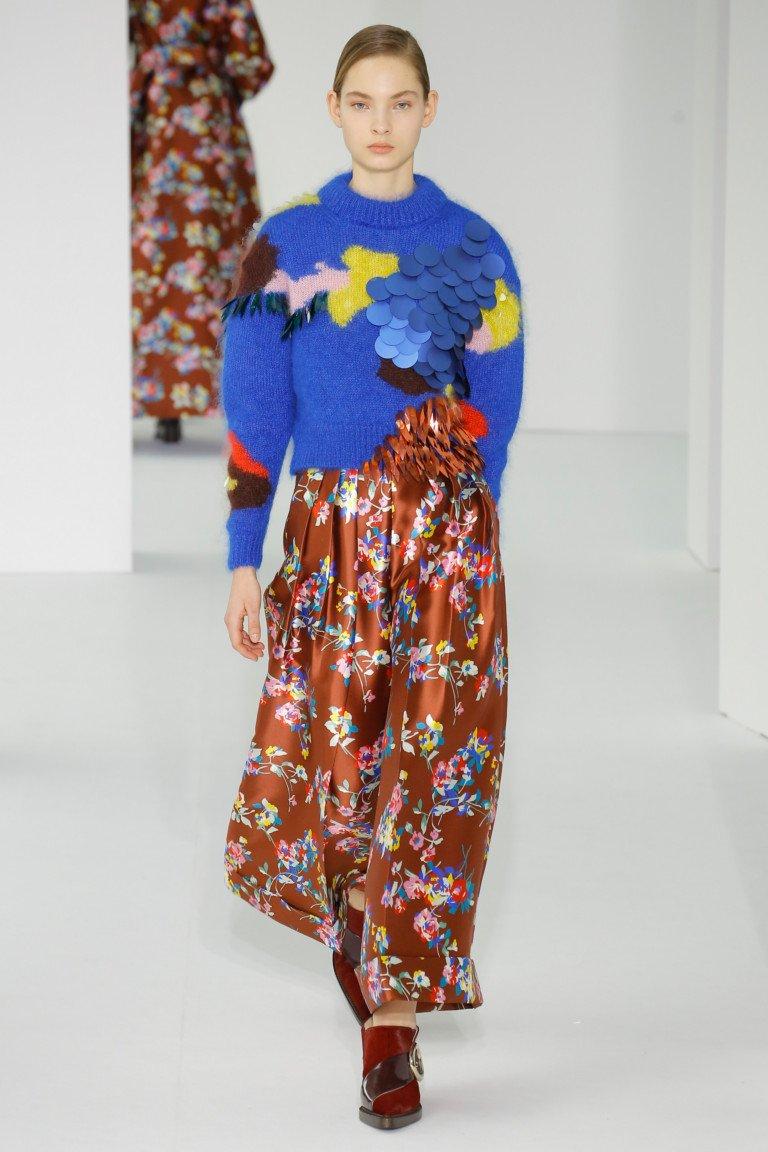 Синяя шерстяная кофта с крупным принтом и длинной юбкой с цветочным принтом.