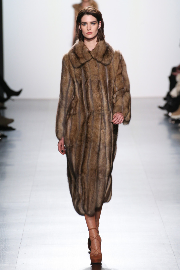 Светло-коричневого цвета шуба из натурального меха норки.