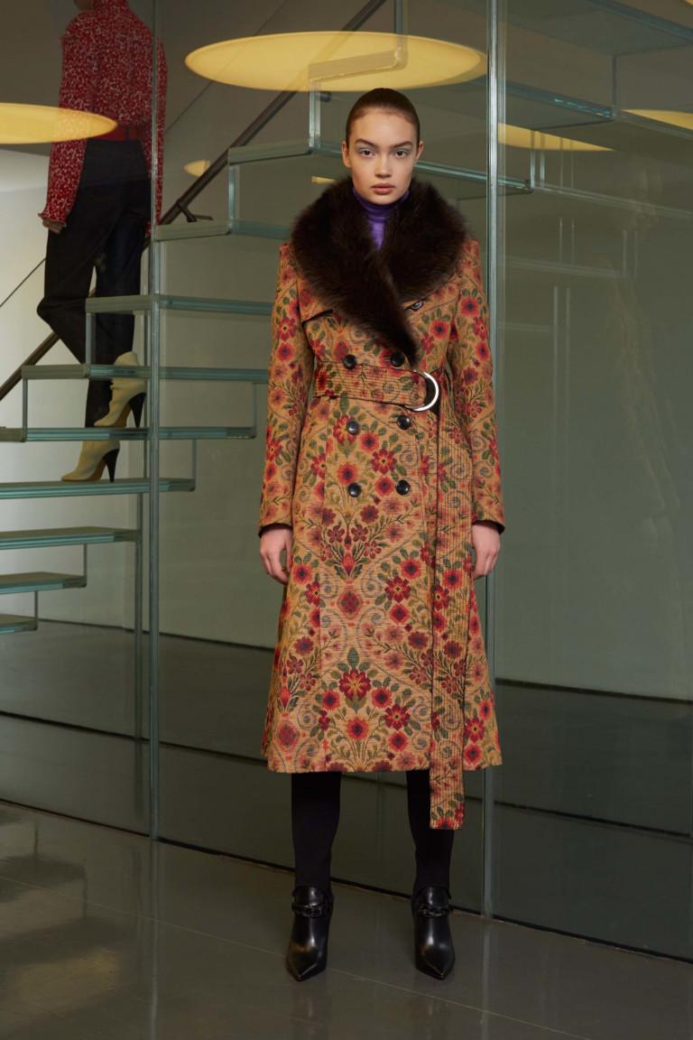 Пальто с ярким крупным принтом и большим меховым воротником и поясом.
