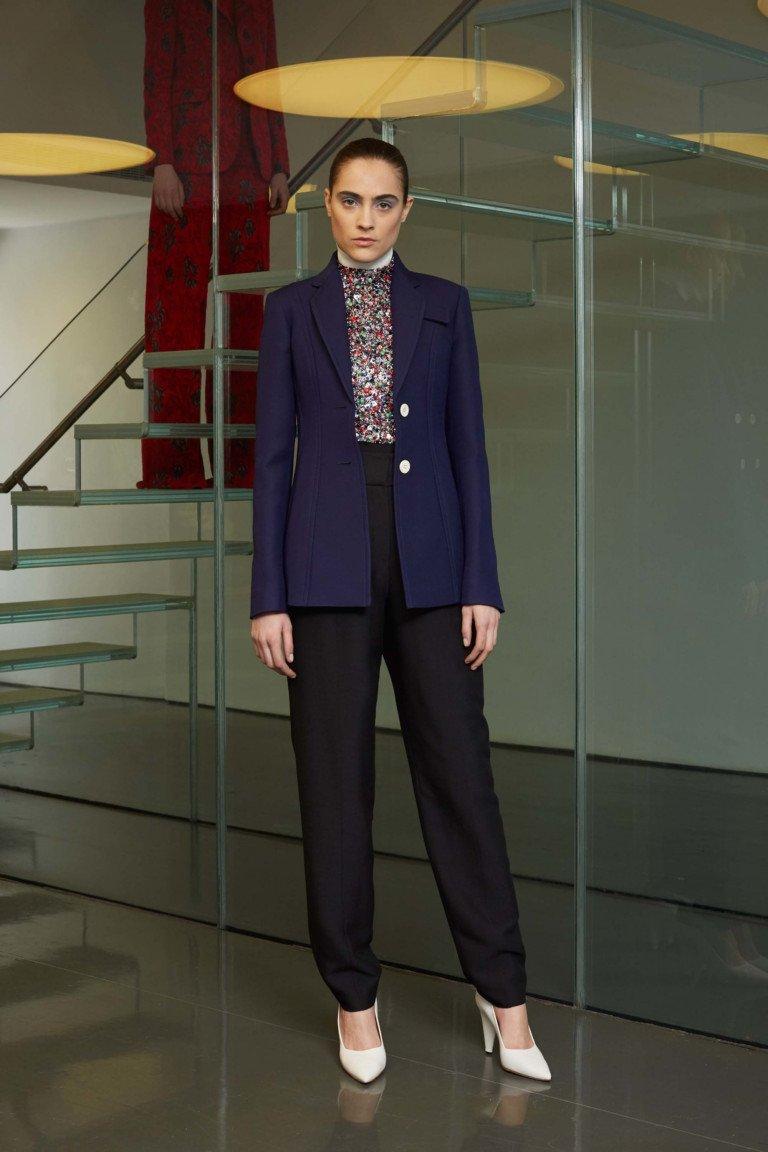 Синий элегантный пиджак с черными классическими брюками.
