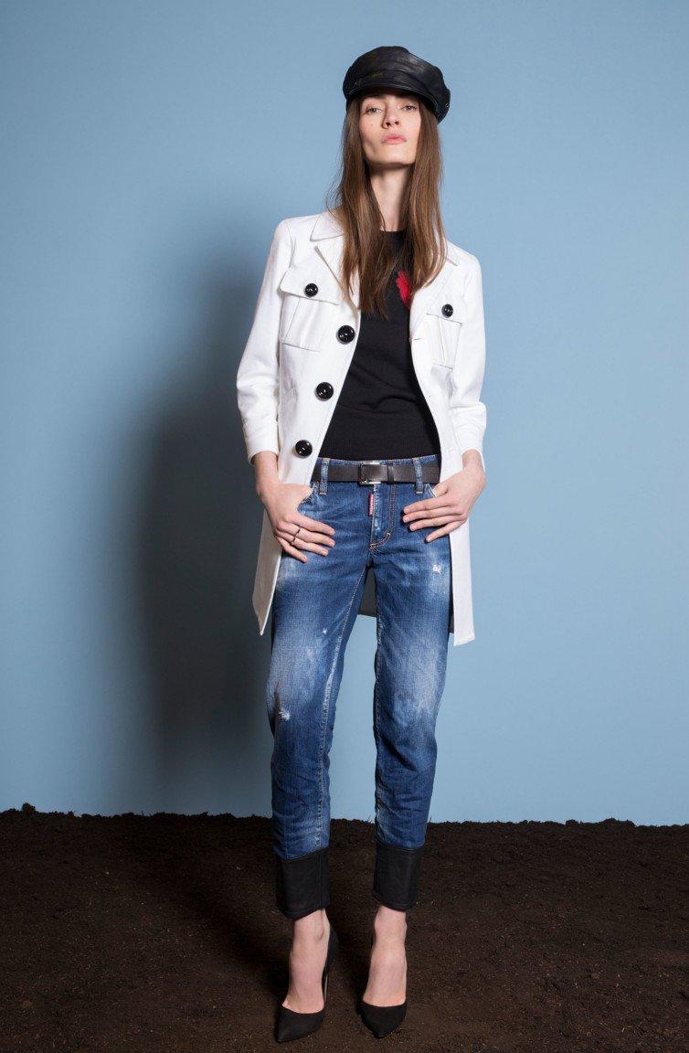 Белый пиджак-френч с большими черными пуговицами с узкими джинсами.