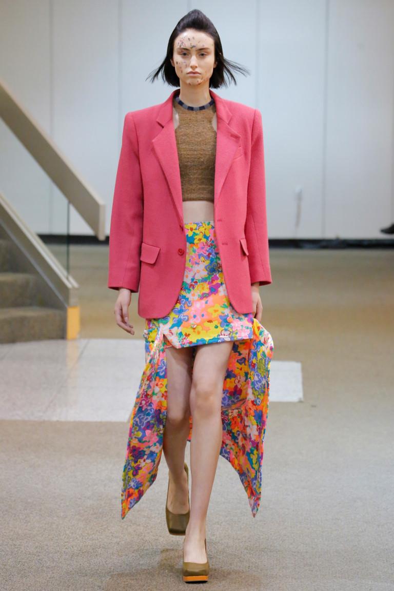 Ярко-розовый пиджак с ассиметричной юбкой с цветочным принтом.