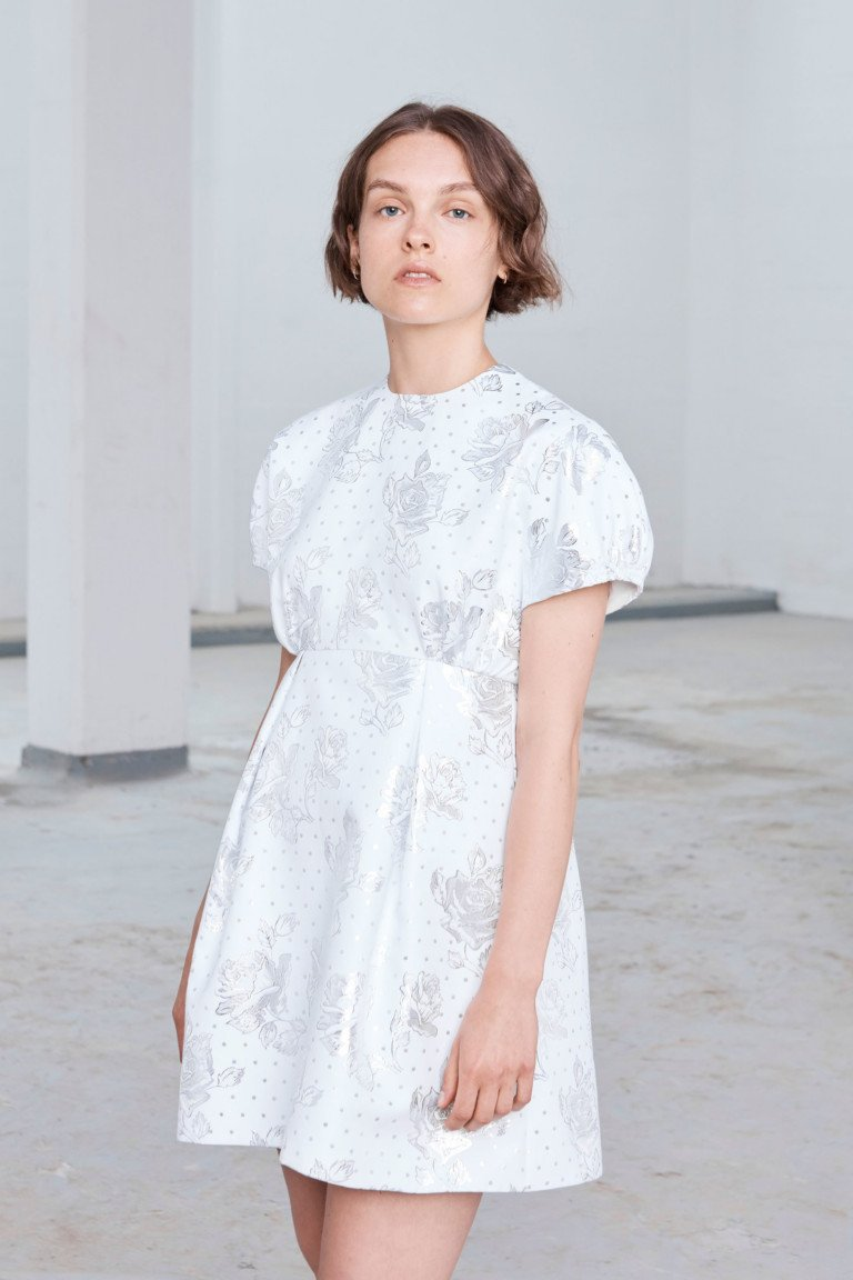 Белое короткое платье с рисунком
