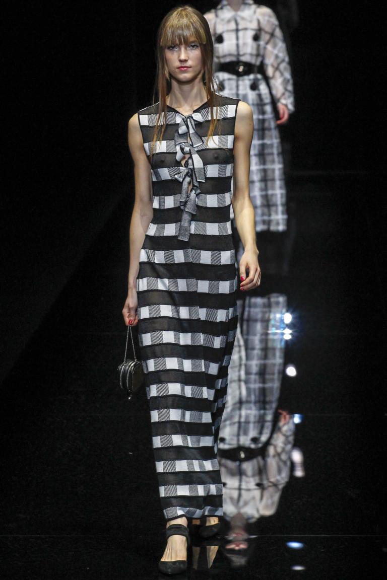 Длинное клетчатое платье черно-серого-белого цвета